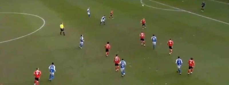 Descontrol y 19 cabezazos durante un minuto: la extraña jugada en el fútbol inglés que es viral