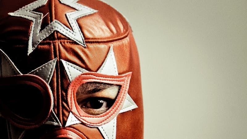 Les dieron y no consejos: Luchadores obligan a la gente a usar mascarilla y alcohol gel en mercado