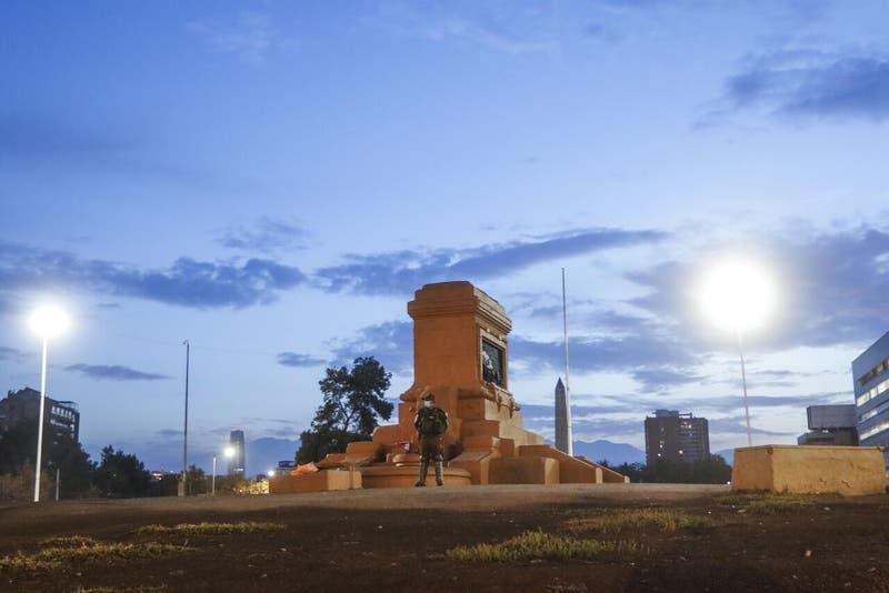 Senador Montes propone sustituir a Baquedano con estatua elegida por la gente