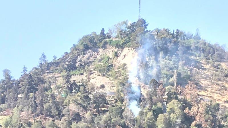 Conaf y Bomberos realizan labores por incendio forestal en el cerro San Cristóbal