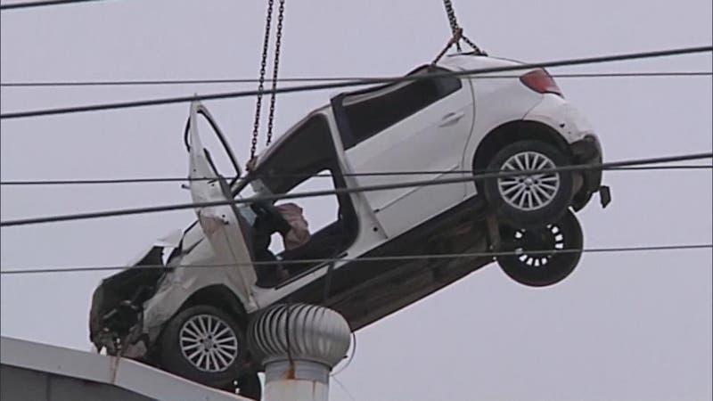 """[VIDEO] Retiran """"auto volador"""" de colegio en Viña del Mar: Gimnasio deberá hacerse de nuevo"""