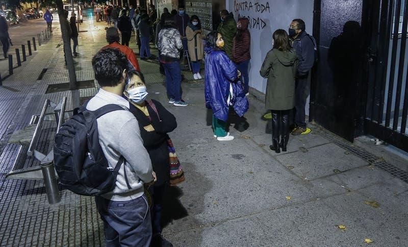 Instituto Nacional inicia proceso de postulación de mujeres: padres hicieron fila desde el domingo