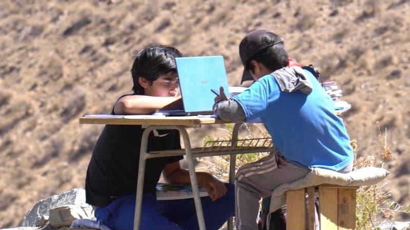 Valle del Elqui: Hermanos suben al cerro para buscar señal y conectarse a sus clases online