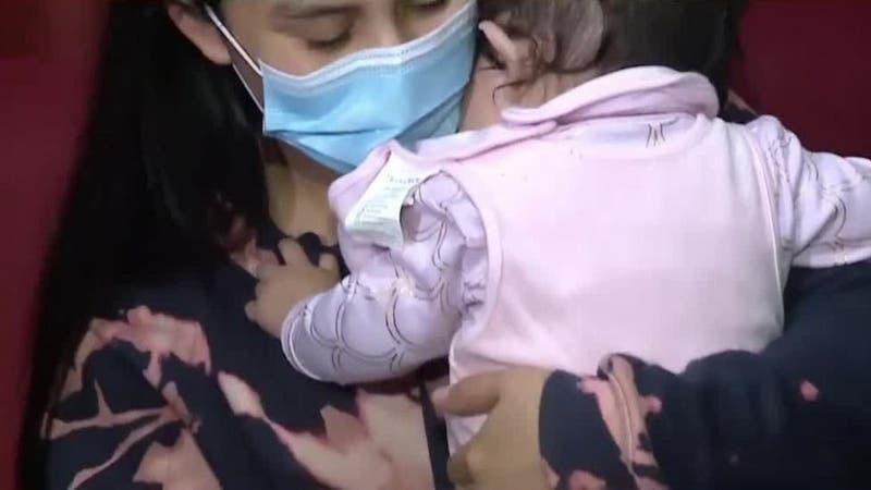 """Madre de guagua de seis meses vacunada por error contra el COVID-19: """"Tenían todo muy desordenado"""""""