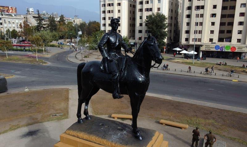 Candidato a concejal por Providencia propone soterrar estatua a Baquedano para evitar destrozos