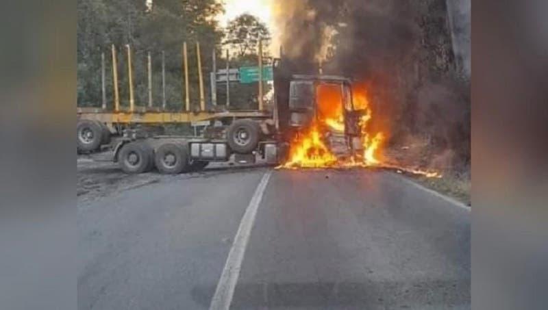 Ataque incendiario terminó con dos vehículos quemados entre Contulmo y Purén