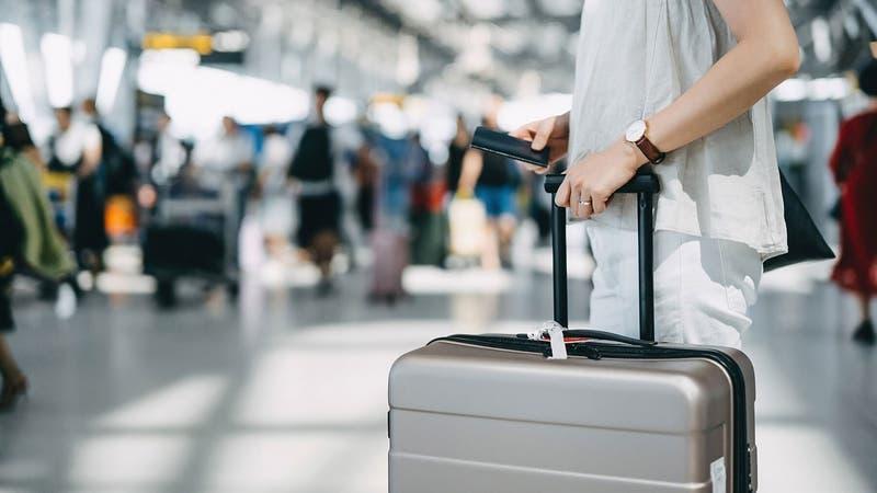 Mujer de 69 años burló seguridad de los aeropuertos y viajó gratis 30 veces alrededor del planeta