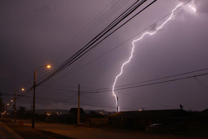 Aviso por tormentas eléctricas en zona central: Internautas comparten registros del fenómeno