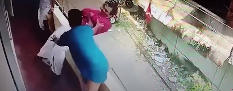 Salvan a un hombre de caer al vacío luego de que se desmayara en un balcón