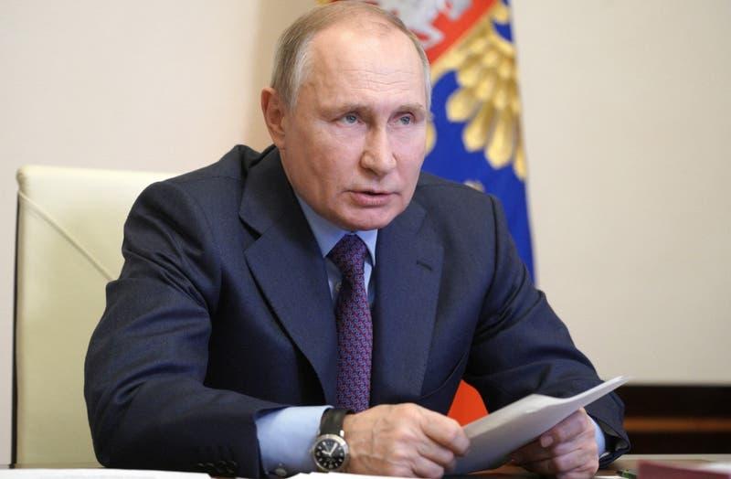 Presidente ruso Vladimir Putin recibe la vacuna contra el COVID-19