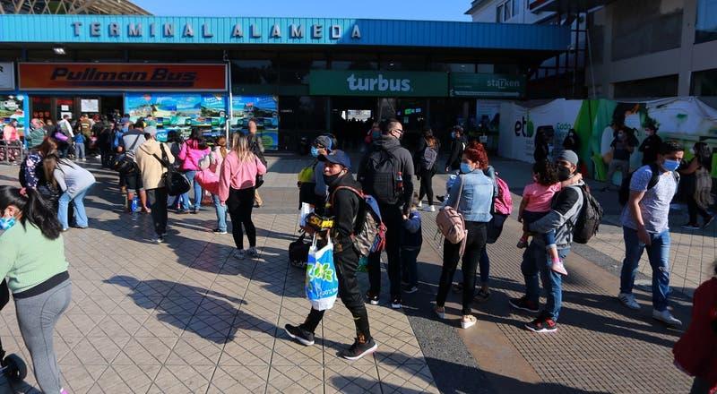 Bebé es encontrado en baño de terminal de buses en Santiago: estaba envuelto con papel higiénico