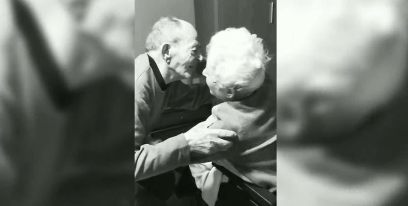 Nieta hace viral conmovedor reencuentro de sus abuelos: pasaron un mes separados por la pandemia