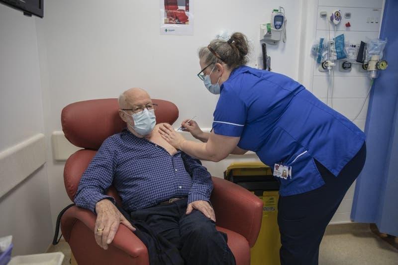 Reino Unido planea administrar una tercera dosis de las vacunas contra el coronavirus