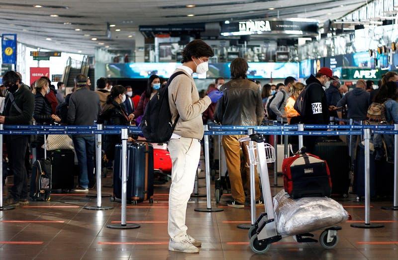 Casi la mitad son viajeros: nuevo informe identifica 144 casos de variantes SARS-CoV-2 en Chile