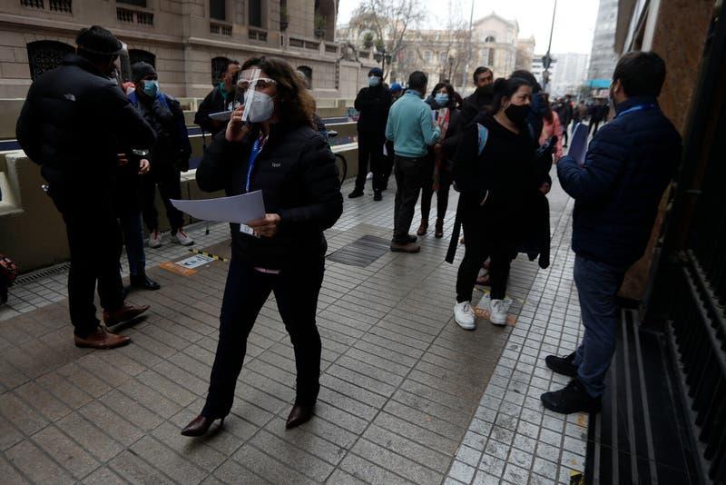 Economía chilena se contrae más de lo esperado en febrero, mes previo a las medidas más restrictivas