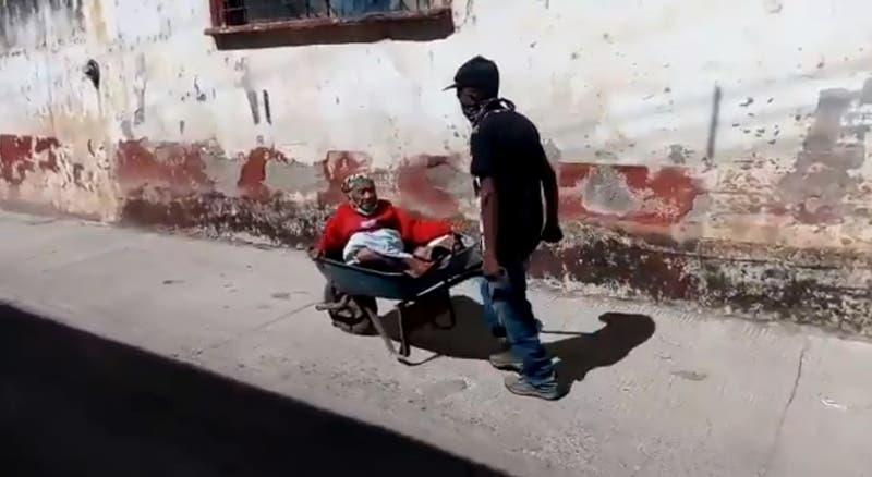 Hombre utilizó una carretilla para llevar a su mamá de 100 años a vacunarse contra el COVID-19