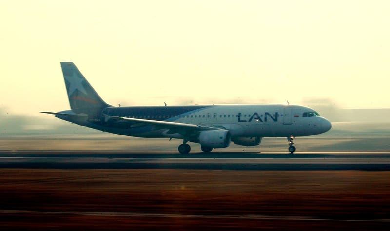 """Latam anuncia """"operación reducida"""" de sus vuelos tras nuevas restricciones en pandemia"""