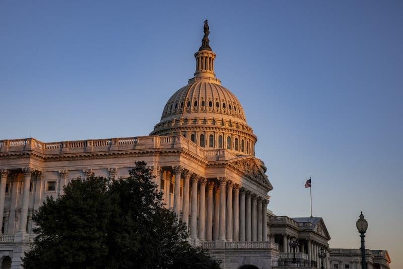 Capitolio de Estados Unidos es cerrado luego que un hombre embistiera con su vehículo a dos policías