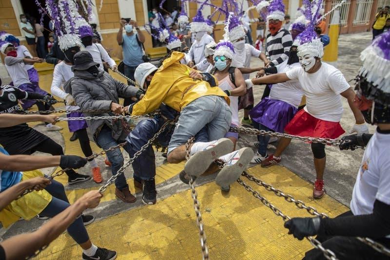 [FOTOS] Católicos nicaragüenses vengan la muerte de Jesús con una particular tradición