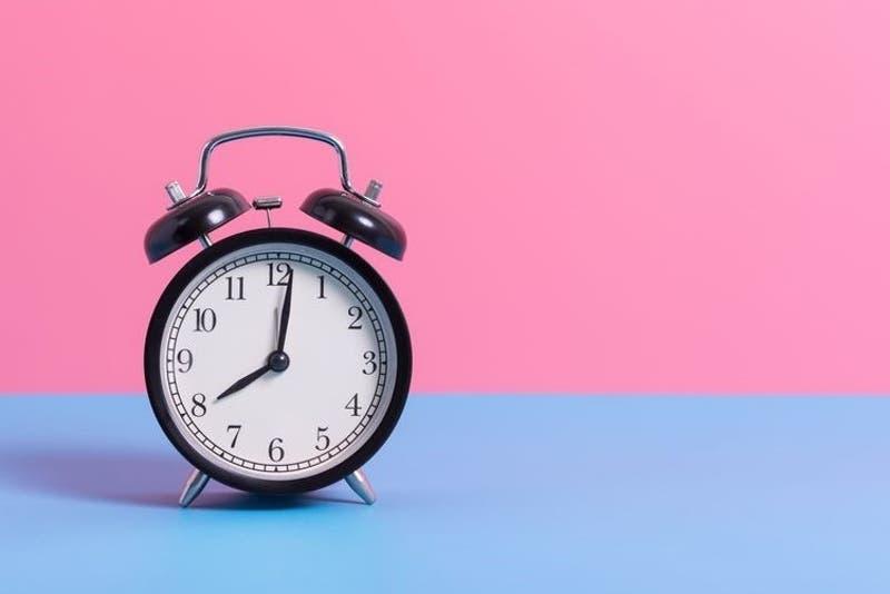 Cambio de hora: ¿Los relojes se adelantan o se atrasan este sábado?