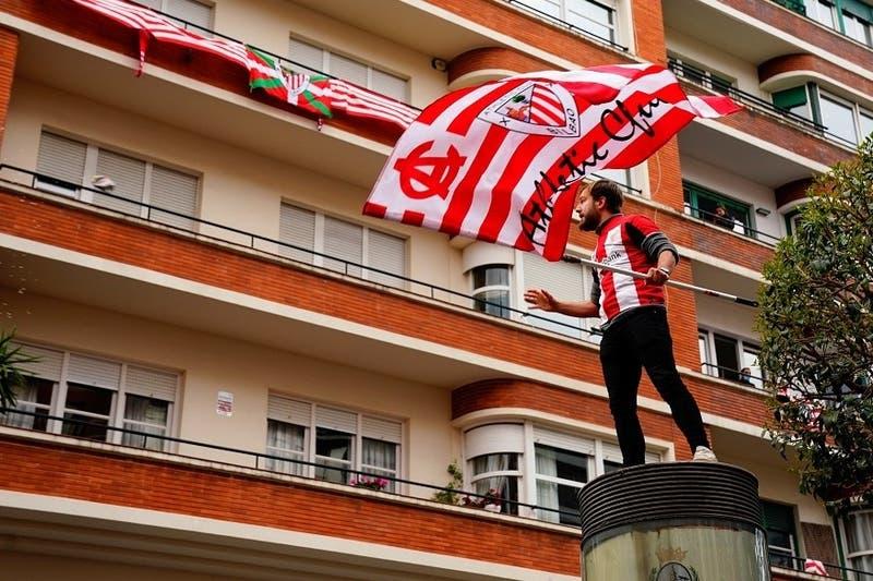 [VIDEO] Incidentes de hinchas del Athletic de Bilbao terminan con uno lanzándose al vacío