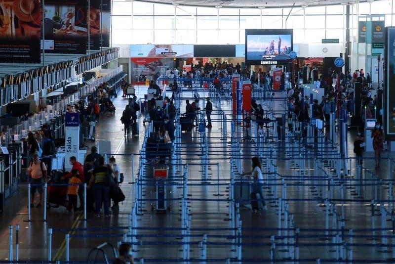 La explicación del Aeropuerto de Santiago ante alta afluencia de viajeros este domingo