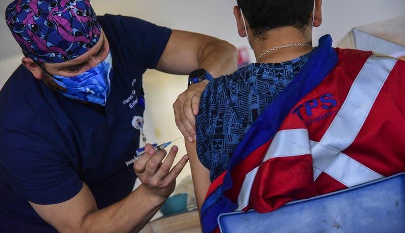 Estudio sobre proceso de vacunación en Chile: efectividad después de segunda dosis es de 56,5%