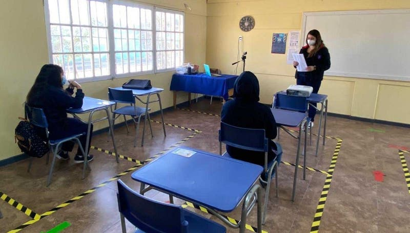 Mineduc: el 2,25% de los colegios que retomaron clases presenciales registraron brotes de COVID-19