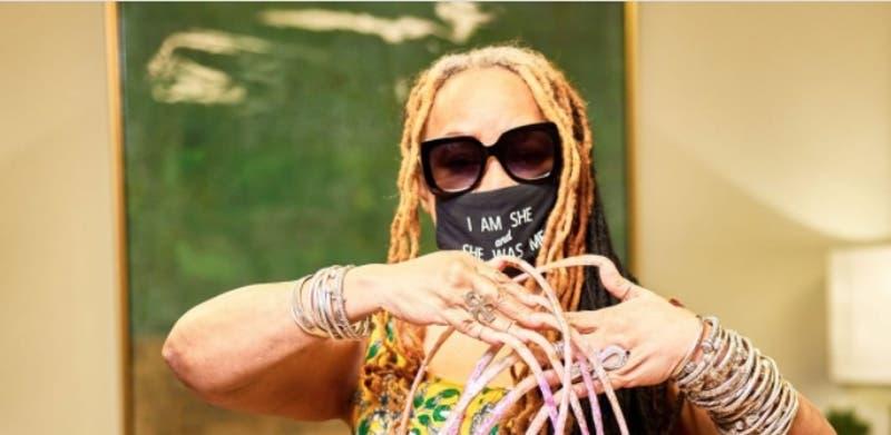 """""""Seguiré siendo la reina"""": Mujer con las uñas más largas del mundo decide cortarlas"""
