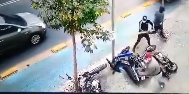 Cámaras de seguridad captaron violento ataque a repartidores en Santiago: les destrozaron las motos