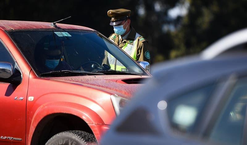 Fiscalizan vías de acceso a Lo Barnechea tras detectar autos de alta gama con permisos de delivery