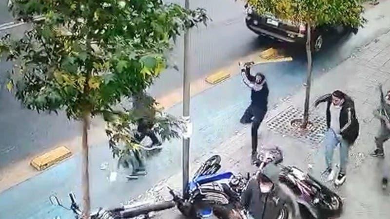 [VIDEO] Violento ataque contra grupo de repartidores en pleno centro de Santiago