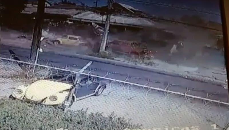 [VIDEO] Auto chocó a toda velocidad contra dos casas en Cerrillos