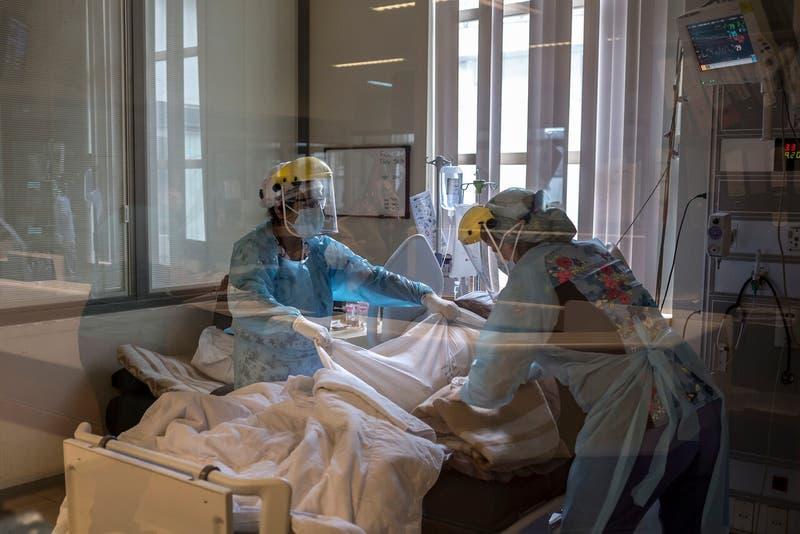 """PODCAST: Las semanas críticas del coronavirus en Chile y por qué se habla de """"la tormenta perfecta"""""""