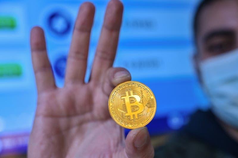 Bitcóin supera los 62.000 dólares y bate su récord de cotización
