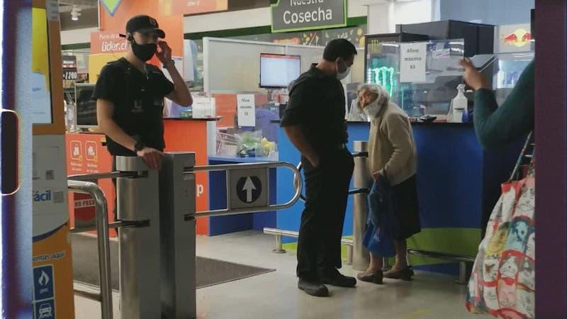 Guardias le impidieron comprar a una adulta mayor por no tener permiso