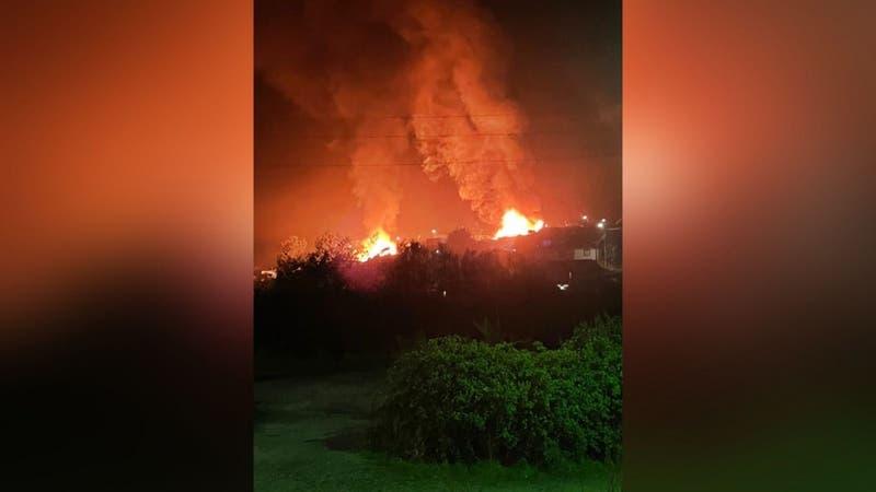 Desconocidos atacan retén de Carabineros y queman al menos 3 cabañas en Tirúa