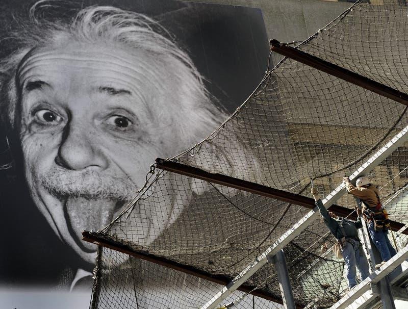 Suiza lanza moneda con Einstein sacando la lengua