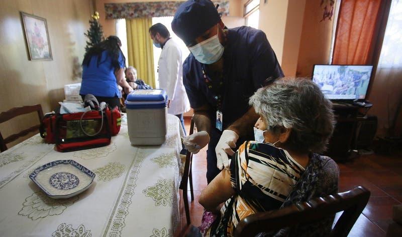 Habilitan teléfono para vacunación a domicilio: 20% de adultos mayores aún no recibe primera dosis