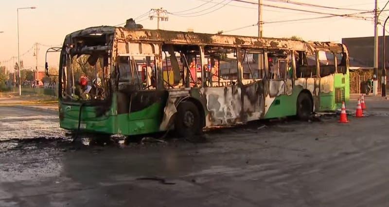 Encapuchados queman bus de sistema Red en Pedro Aguirre Cerda: intimidaron al conductor y pasajeros