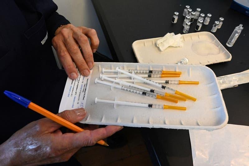 Estudio revela que vacunas Pfizer y Moderna también generan trombosis de manera excepcional