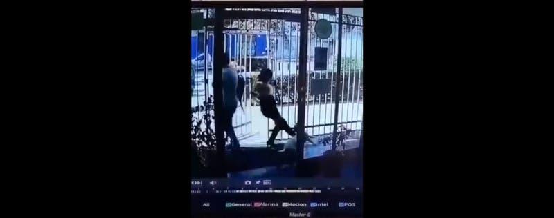 Brutal caso de maltrato animal: Indignación por video de mujer pateando a perro en Santiago Centro