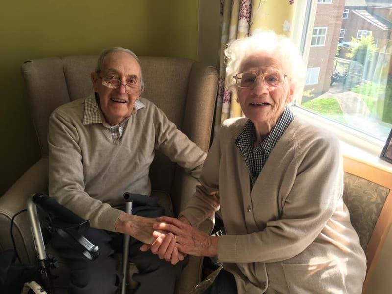 El conmovedor reencuentro entre una pareja de ancianos tras meses de separación por la pandemia