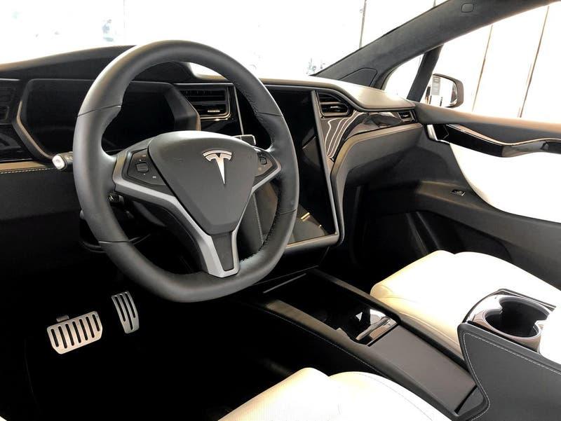 Dos personas mueren en choque de un auto Tesla sin conductor