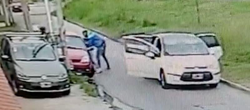 Vecinos repelen a golpes a delincuentes que realizaban portonazo en Argentina
