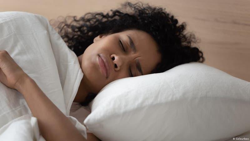 Estudio afirma dormir seis horas o menos puede aumentar el riesgo de padecer demencia
