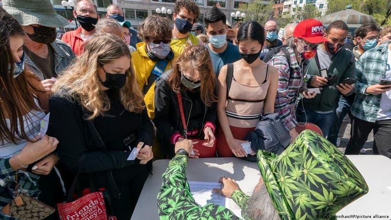 """""""Un porro por una vacuna"""": Ofrecen en Nueva York marihuana gratis a vacunados contra el COVID-19"""