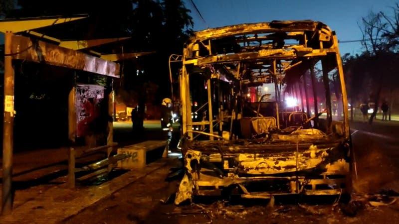 Protestas por tercer retiro del 10%: Queman buses en Estación Central y La Pintana