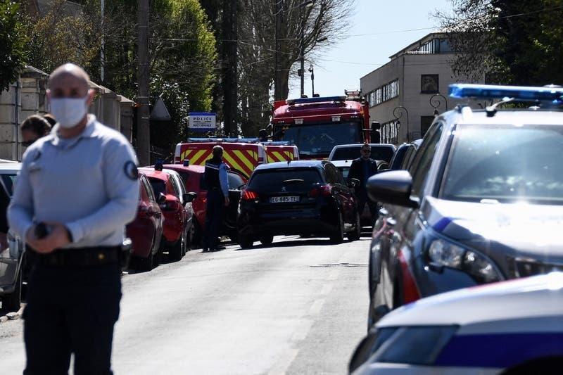 Hombre mata a cuchilladas a funcionaria de policía cerca de París