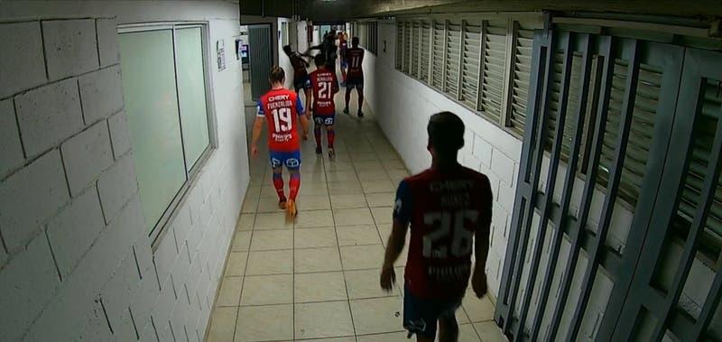 La rabia de Dituro en la UC: empujó a Aued y a Saavedra y golpeó una pared